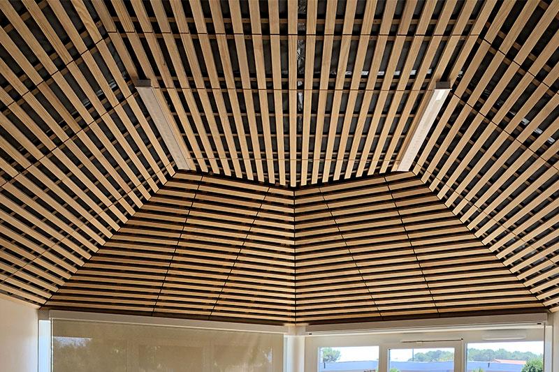 Plafond De Forme Particulière Réalisé à Partir De Traverses En Bois à L'école De La Plage à Biscarrosse Par L'agence Bulle Architectes.