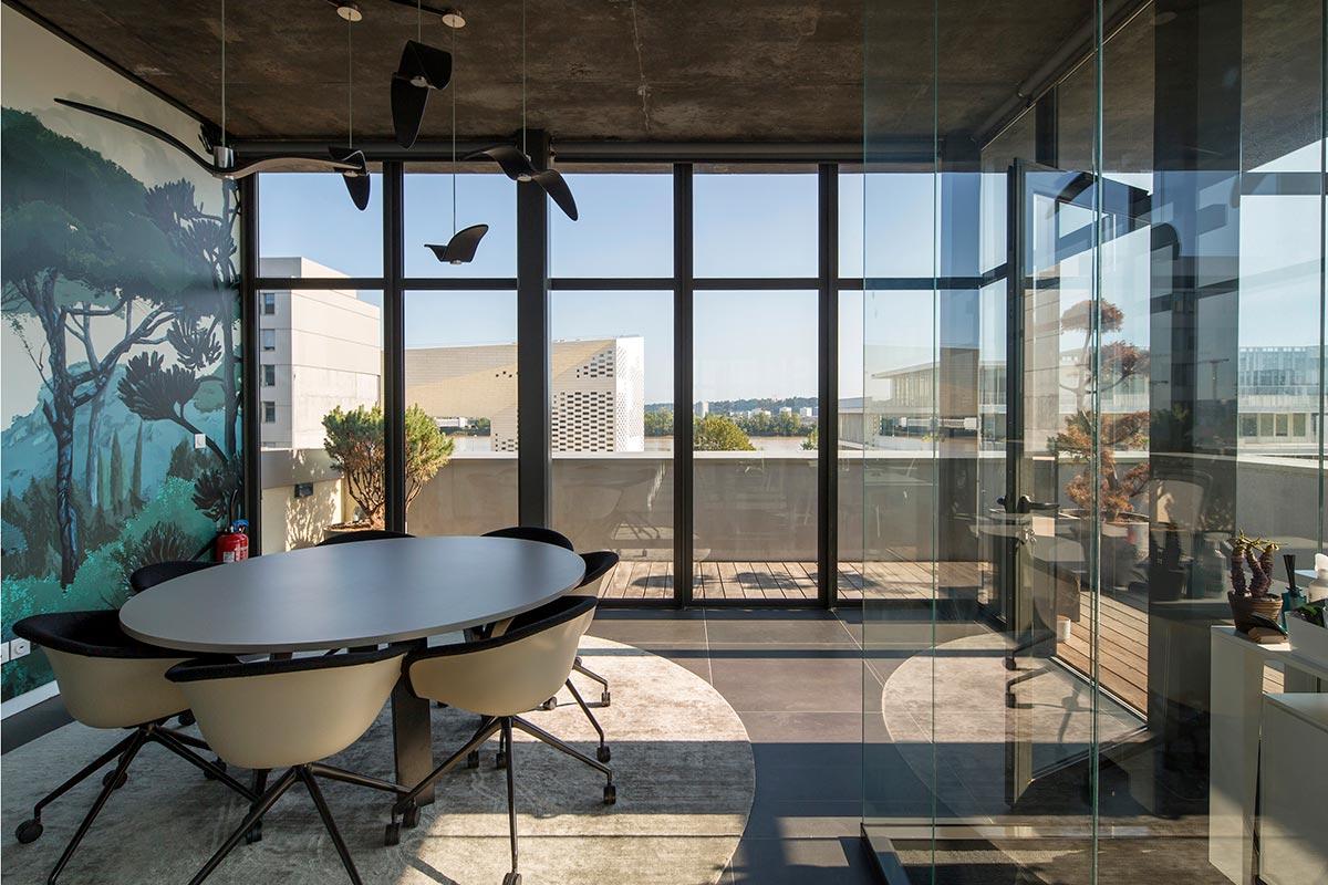 Salle De Réunion Aux Oiseaux De Notre Agence Bulle Architectes Avec Vue Sur La Garonne Et La MECA à Bordeaux.