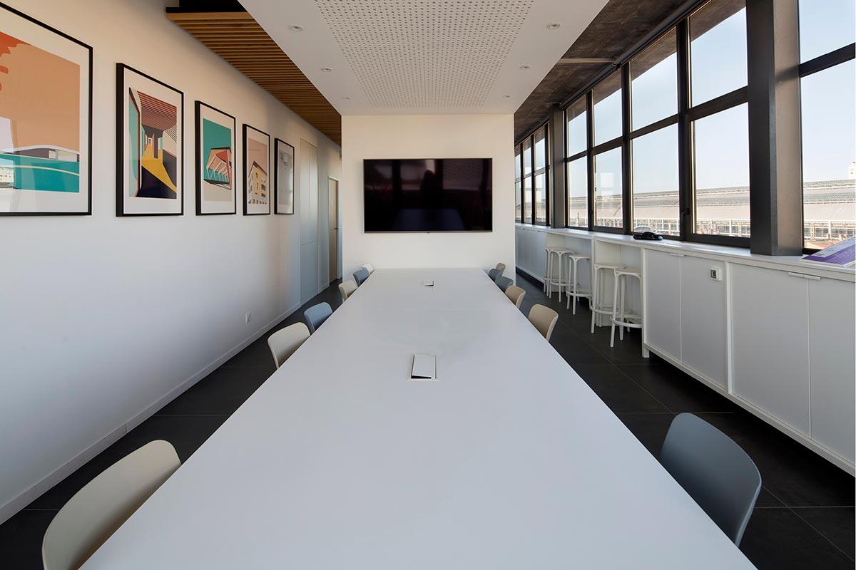 Salle à Manger De Notre Agence Bulle Architectes Avec Vue Sur La Gare Saint Jean De Bordeaux.