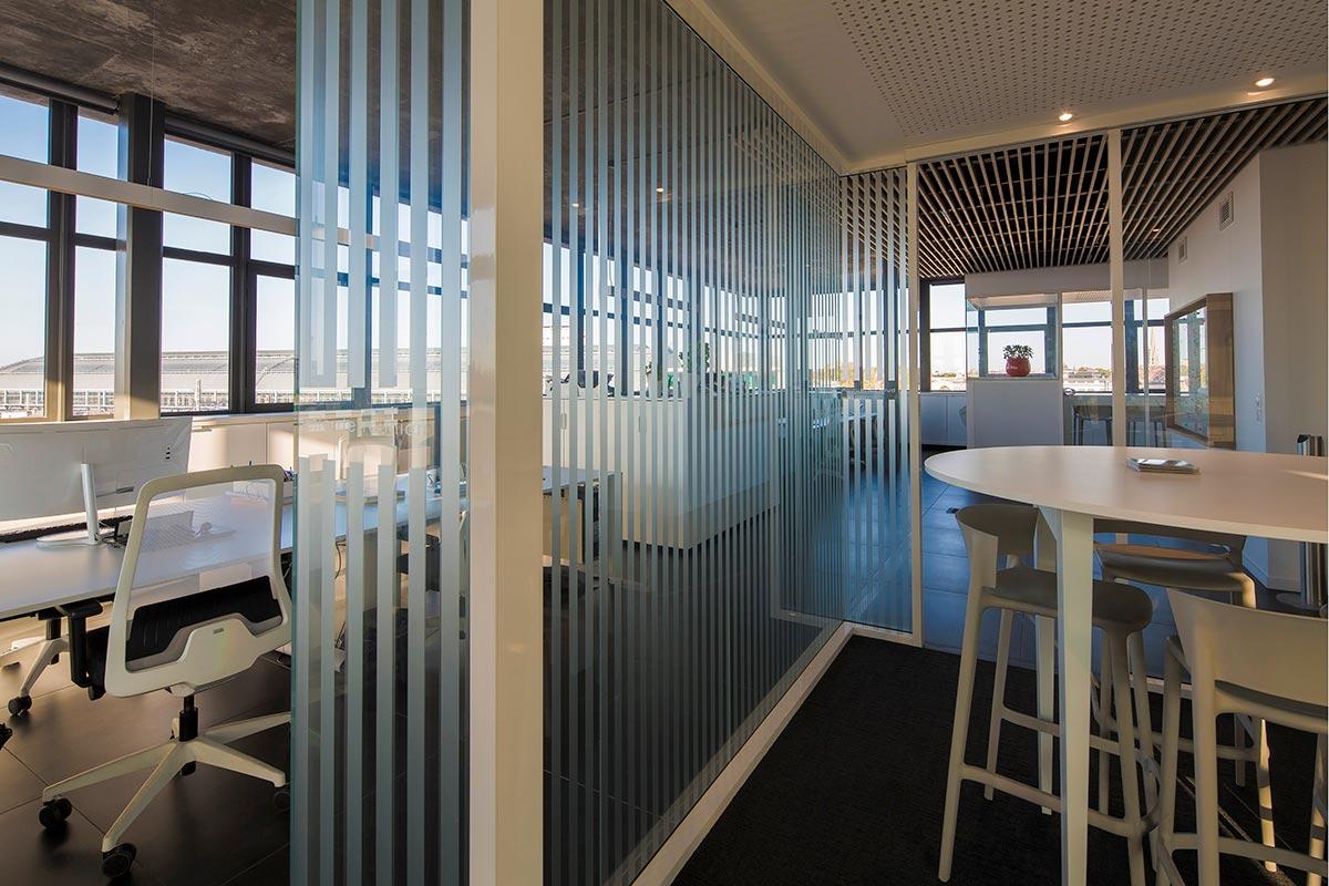 Bulle De Réunion Vitrée Isolée Dans Les Bureaux De Notre Agence Bulle Architectes à Bordeaux.