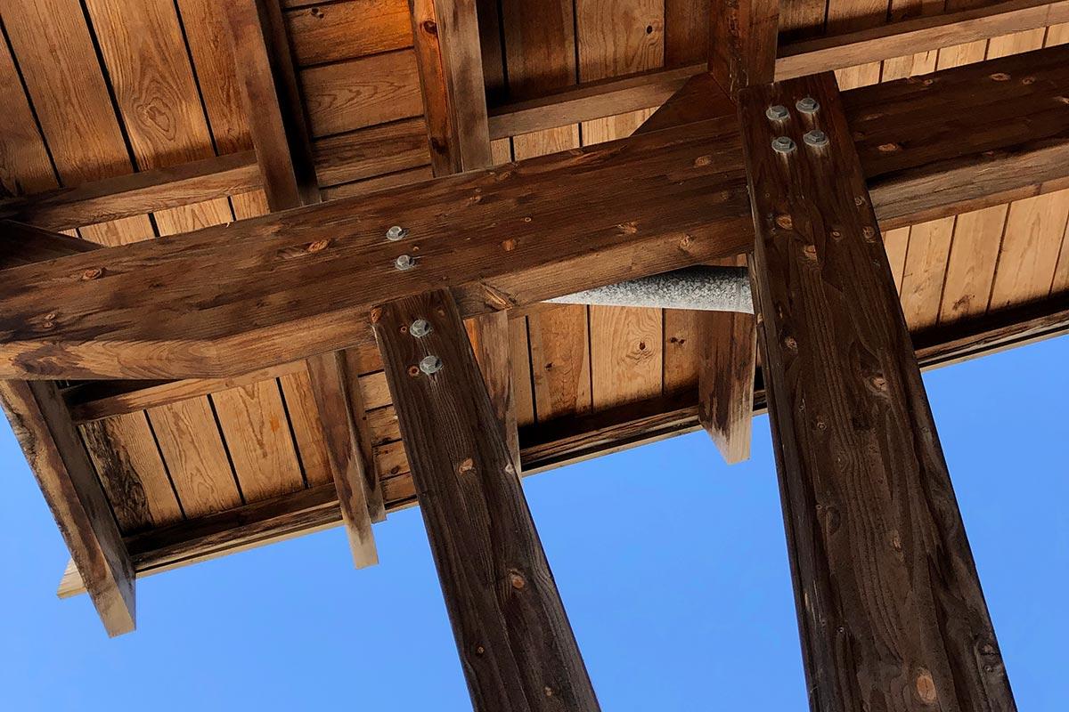 Zoom Sur La Charpente Et Les Poteaux En Bois Du Boulodrome De Gujan-Mestras Réalisé Par L'agence Bulle Architectes.