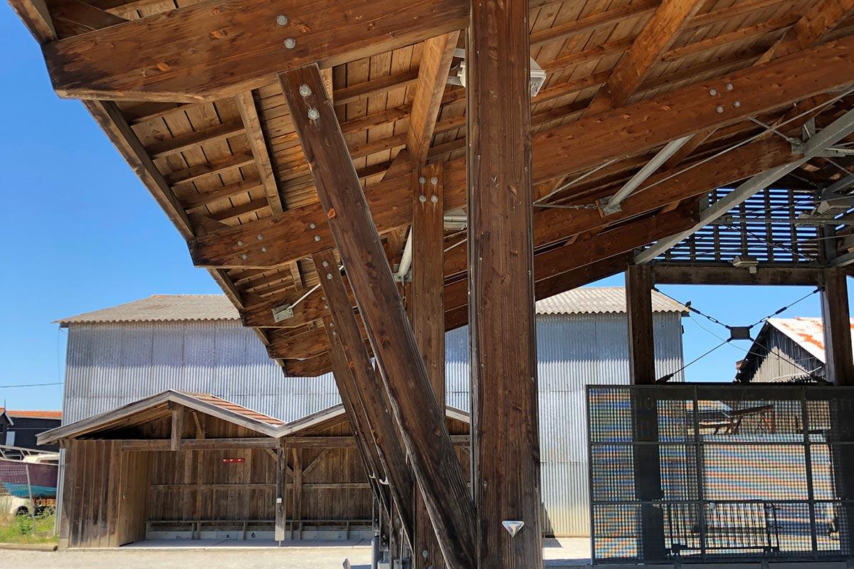 Zoom Sur Les Poteaux En Bois Qui Maintiennent Le Boulodrome De Gujan-Mestras Réalisé Par L'agence Bulle Architectes.