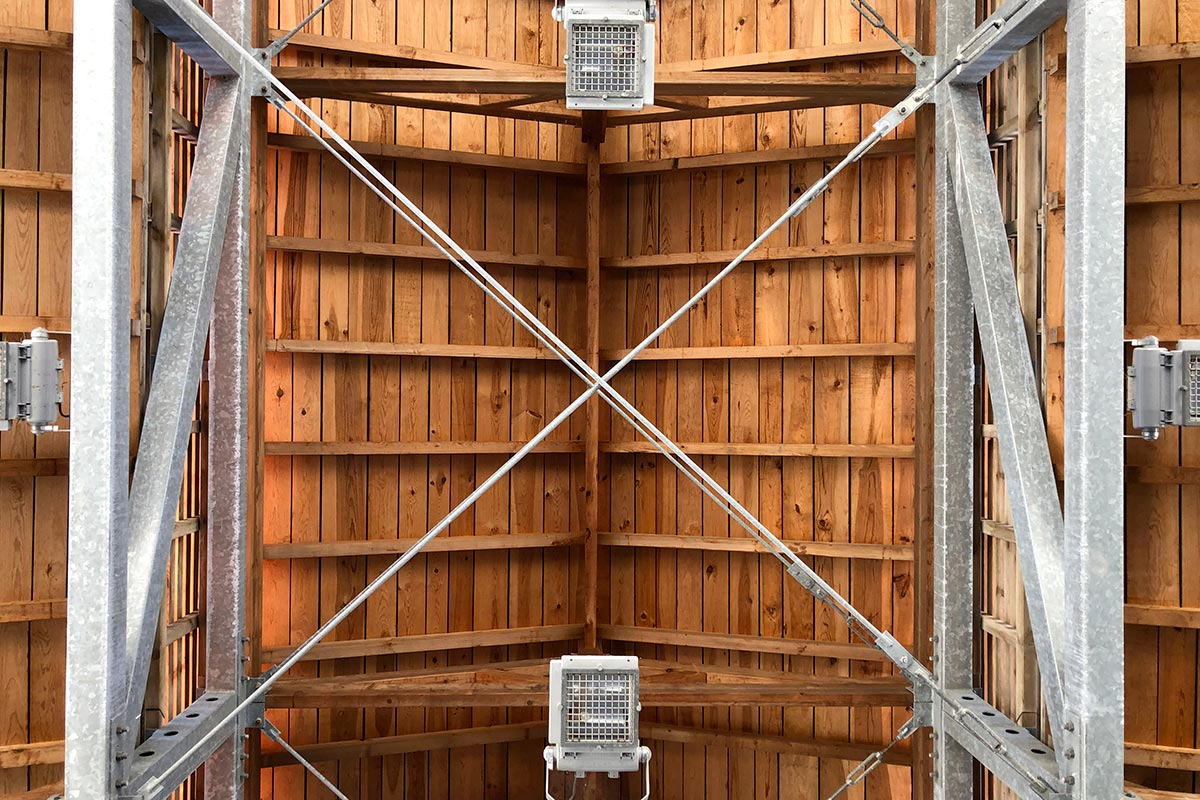 Vue De Dessous De La Charpente En Bois Du Boulodrome Réalisé à Gujan-Mestras Par L'agence Bulle Architectes.