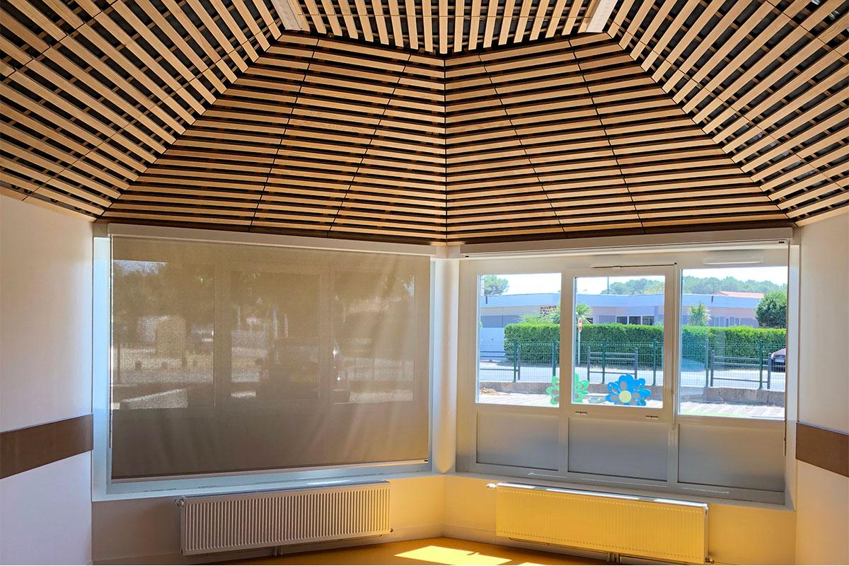 Vue D'ensemble Avec Vue Sur L'extérieur De La Salle De Classe De L'école De La Plage Réalisée à Biscarrosse Par Bulle Architectes.