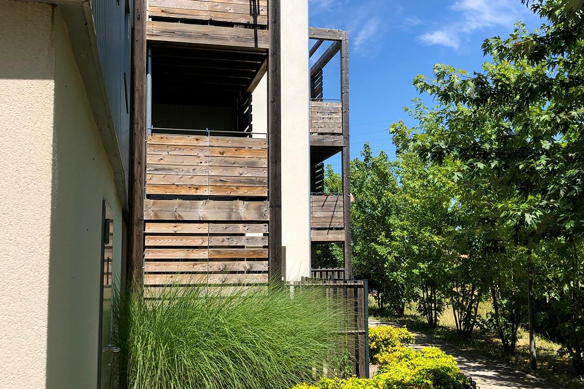 Zoom Sur Les Balcons En Bois De La Résidence Tiscot Située à Blanquefort Et Réalisée Par L'agence Bulle Architectes.