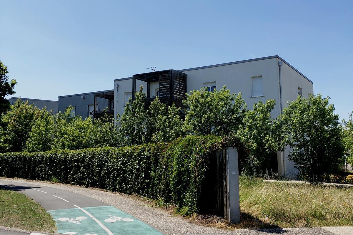 Résidence Tiscot Située à Blanquefort Vue Depuis La Rue Et Réalisée Par L'agence Bulle Architectes.