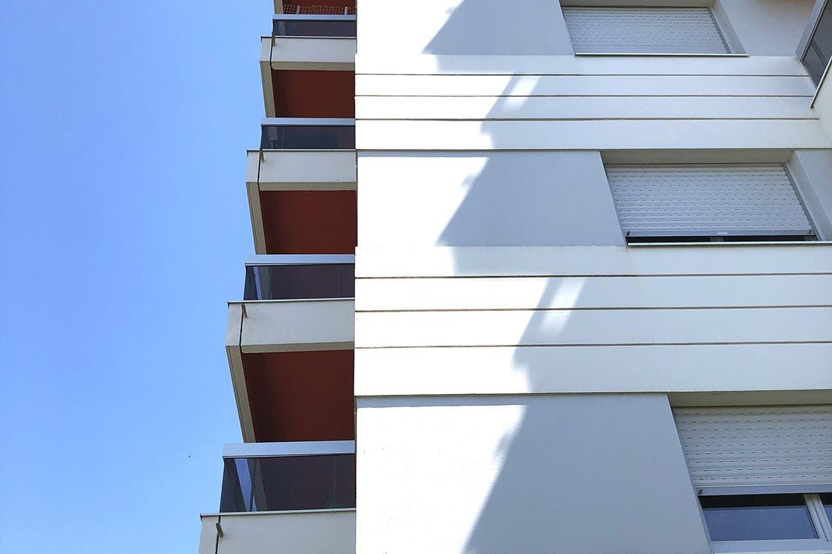 Vue De Profil Des Balcons Aux Sous-face Rouge De La Résidence Les Ecus Située à Eysines Et Réhabilitée Par L'agence Bulle Architectes.