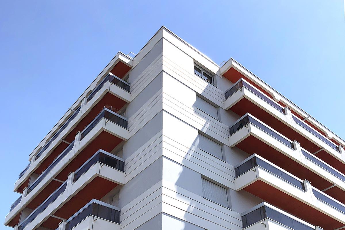 Vue En Contre-plongée D'un Immeuble De La Résidence Les Ecus Réhabilitée Par L'agence Bulle Architectes.