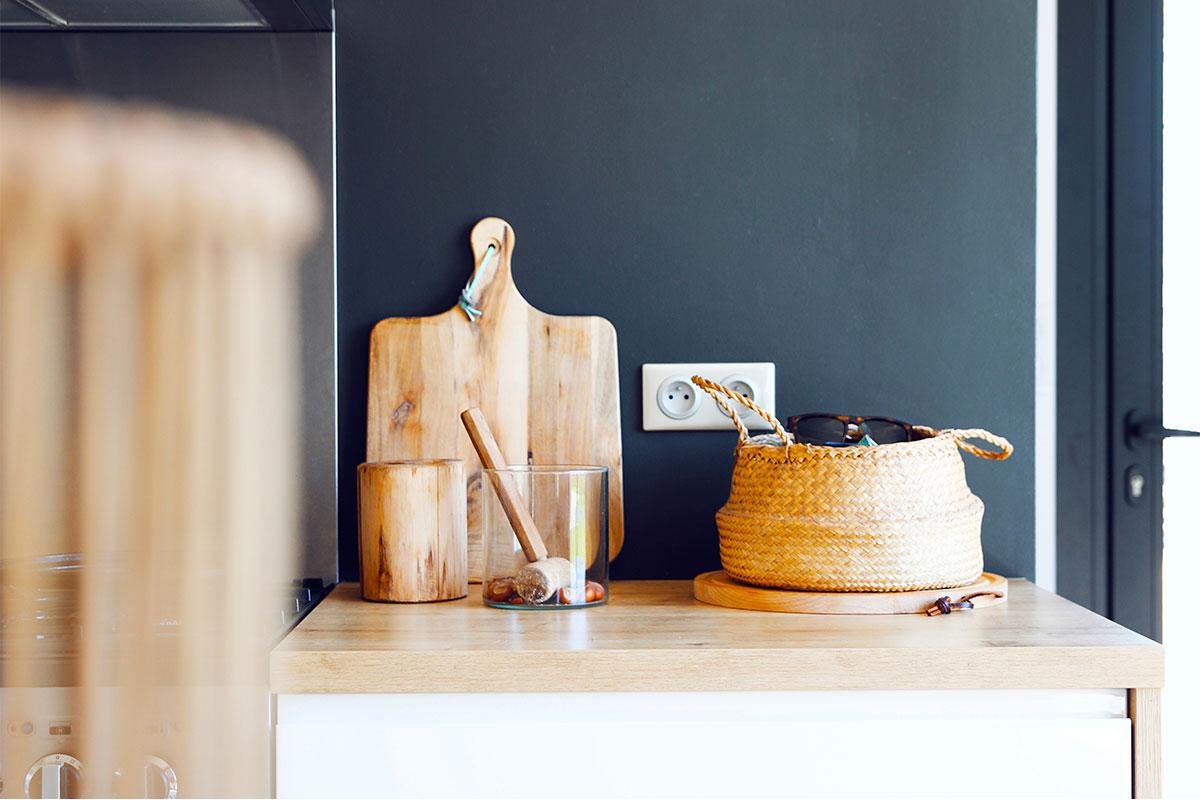 Eléments De Décoration Placés Sur Le Comptoir De Cuisine D'une Maison Individuelle Réalisée Par Bulle Architectes à Biscarrosse.
