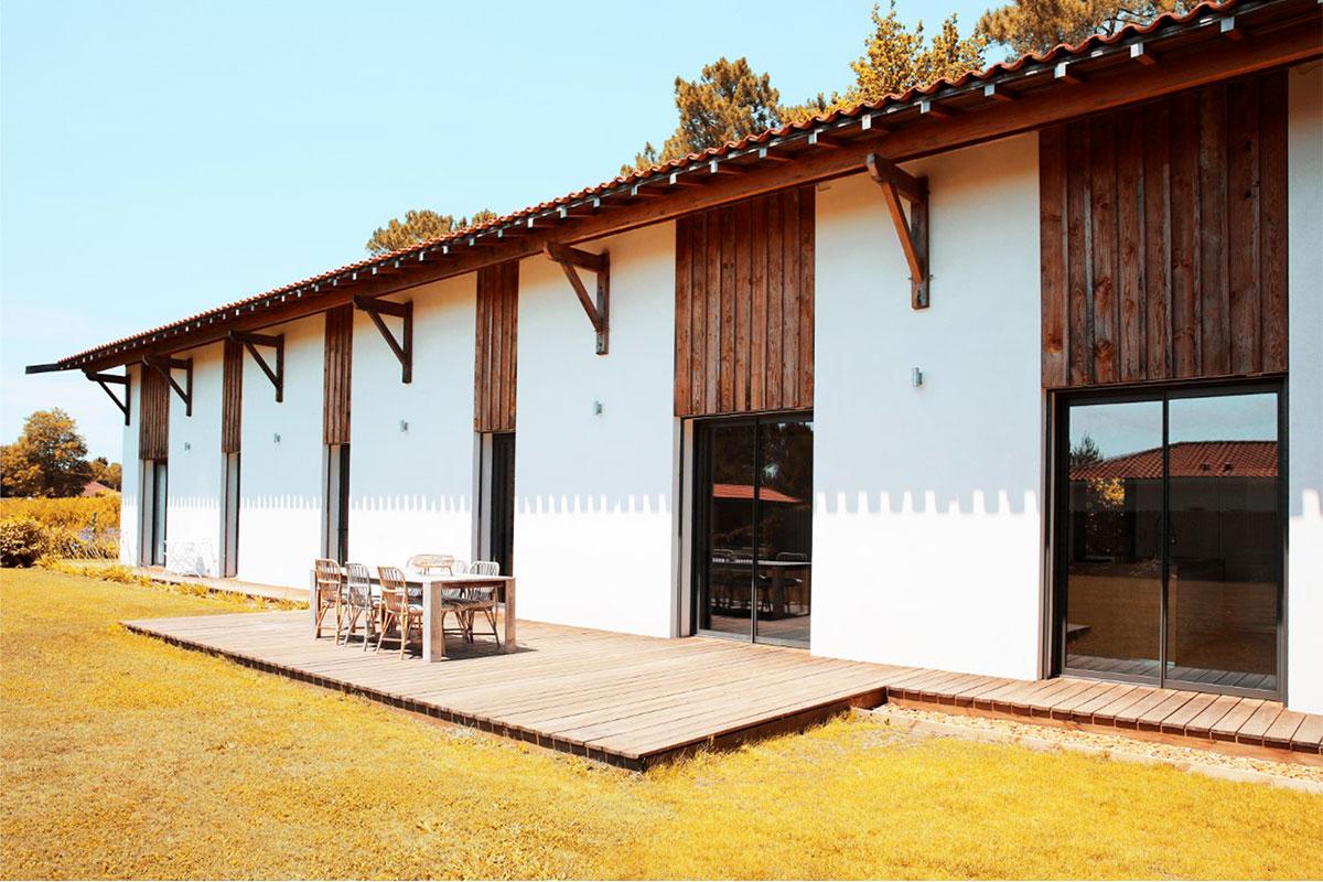 Vue Extérieur Côté Terrasse De La Partie Habitée D'une Maison Individuelle Réalisée Par Bulle Architectes à Biscarrosse.