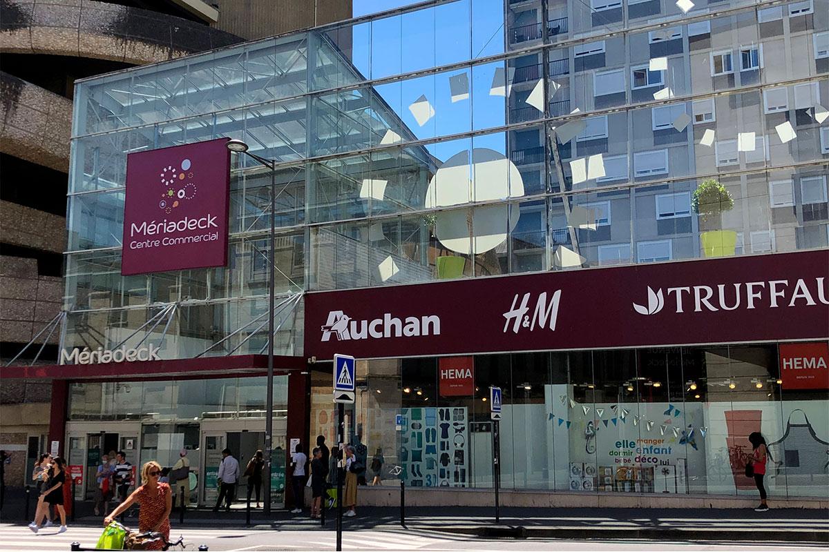 Vue De La Façade Est Du Centre Commercial Meriadeck Avec La Signalétique Réalisée Par L'agence Bulle Architectes à Bordeaux.