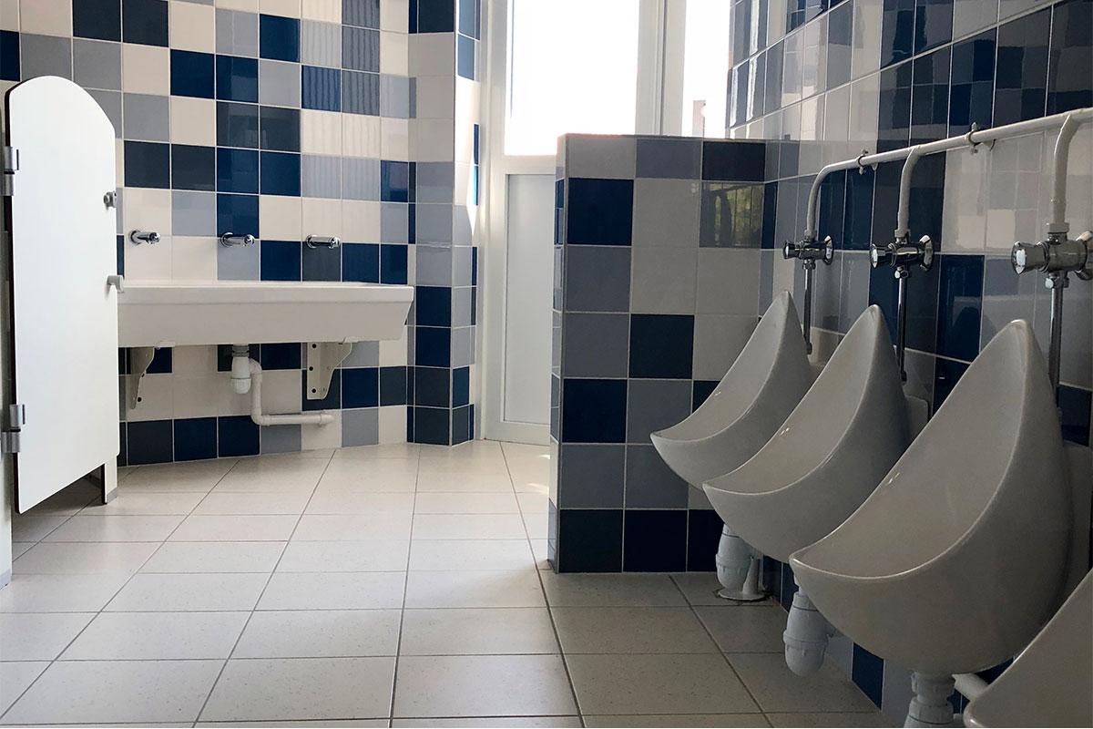 Sanitaires Au Carrelage Bleu De L'école De La Plage Réalisée Par Bulle Architectes à Biscarrosse.