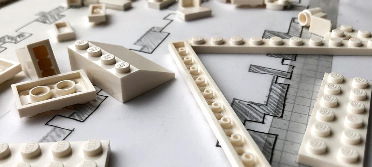 Pièces de lego blanc pour construire la maquette d'un projet