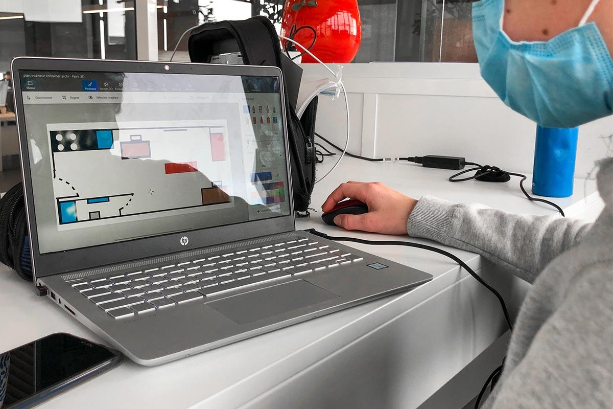 Stagiaire Travaillant Sur Le Schéma De Son Projet à L'ordinateur