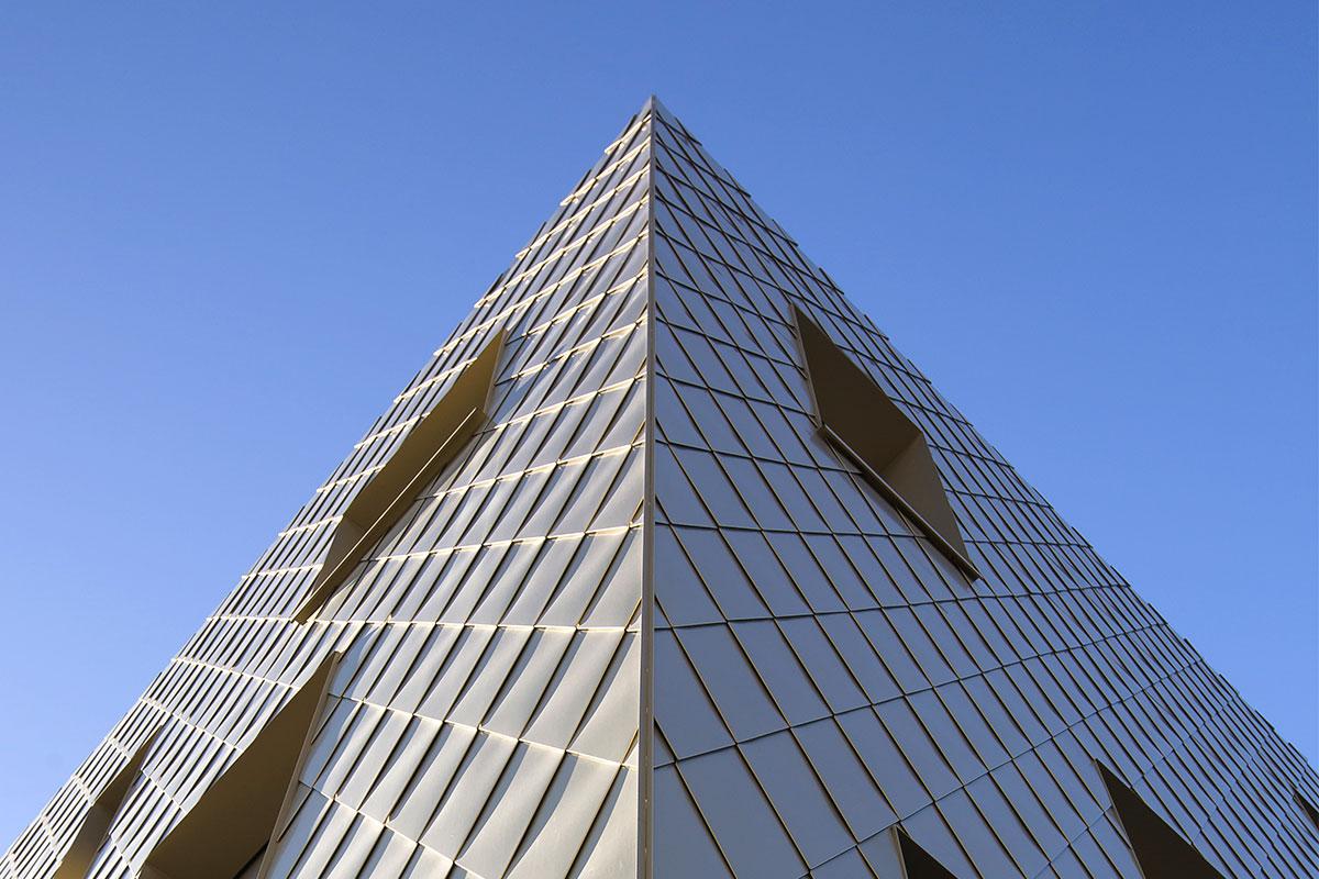 Vue De L'angle Avec Le Détail Des écailles Dorées De L'immeuble De L'agence Bulle Architectes à Bordeaux