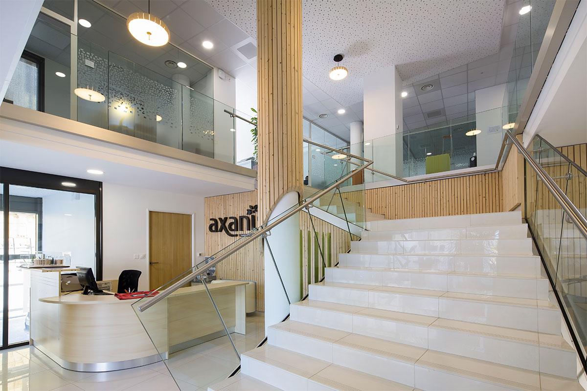 Escalier Présent Dans Le Hall D'accueil Des Bureaux D'Axanis Réalisés Par Bulle Architectes à Bordeaux.