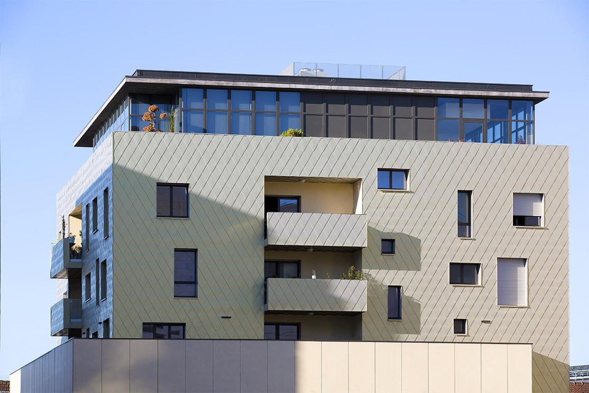 Vue En Hauteur De L'immeuble Aux écailles Dorées De L'agence Bulle Architectes à Bordeaux.