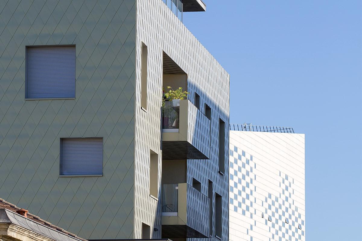 Vue De L'immeuble Aux écailles Dorées De L'agence Bulle Architectes à Bordeaux Avec Au Fond La MECA.