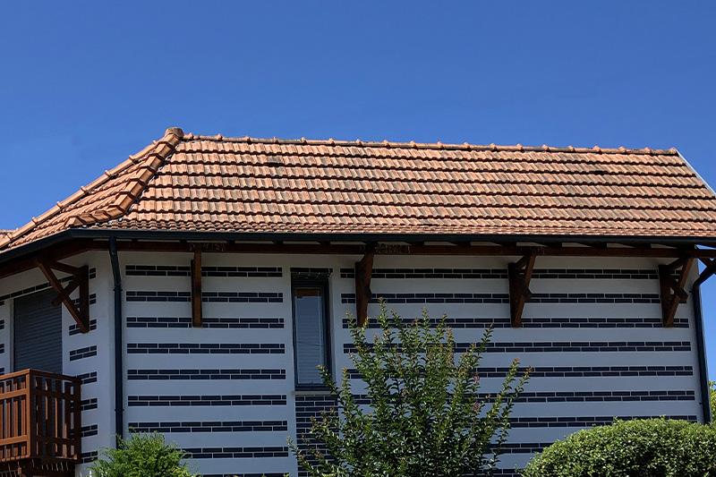 Détail De La Toiture D'une Maison Individuelles Aux Briques Bleu Au Style Arcachonnais Réalisée Par Bulle Architectes à Bordeaux.