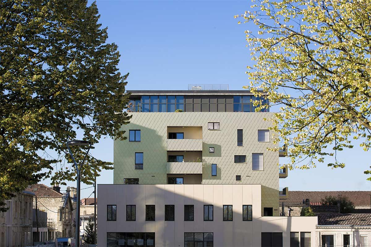 Vue Lointaine De L'immeuble Aux écailles Dorées De L'agence Bulle Architectes à Bordeaux.
